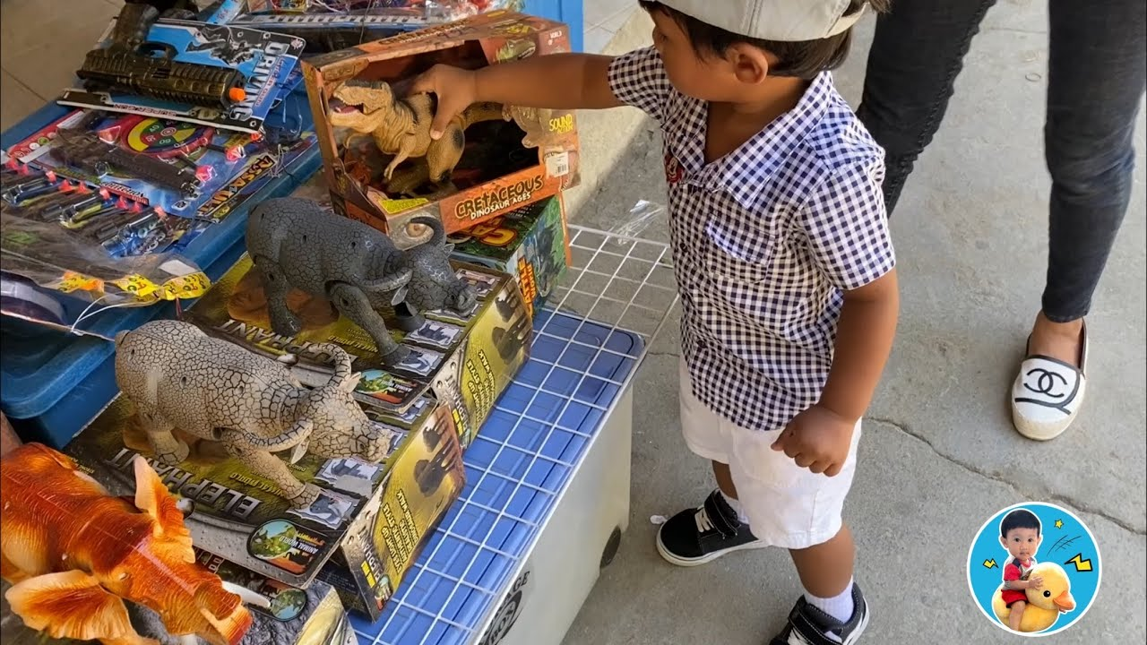 น้องภูมิ   ซื้อของเล่น ที่หมู่บ้านอนุรักษ์ควายไทย