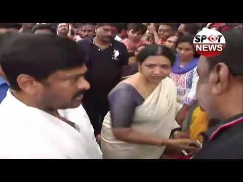 Chiranjeevi And Jeevitha Rajasekhar Consoles Venu Madhav Family   Hyderabad   Spot News