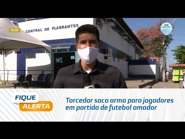 Torcedor puxa arma para jogadores em partida de futebol amador durante pandemia