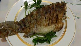 Жареная речная рыба (карась) с луком и лавровым листом. Вкусно, быстро и просто.