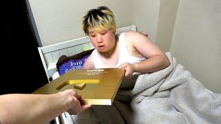 金の盾が届いたので寝起きサプライズで渡してあげた