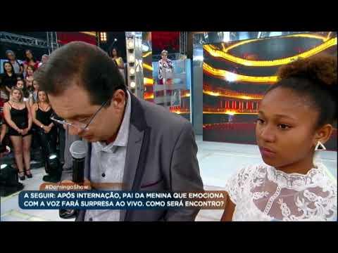 No palco do Domingo Show, dupla ganha prêmios e Noemi reencontra o pai
