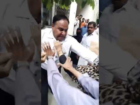 Faisalabad Session Court: Lawyer Fighting with Woman.