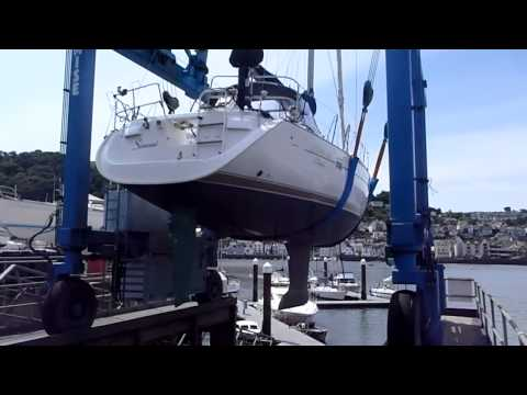 Re-launching a Beneteau Oceanis 423 after underwater hull survey.
