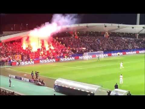 Maribor vs Spartak Moscow kibic rzuca racą w sędziego @ Champions League 2017