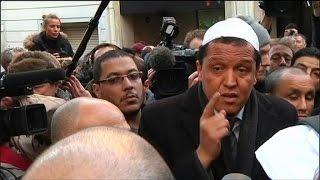 Recueillement et révolte de l'imam de Drancy devant le siège de Charlie Hebdo