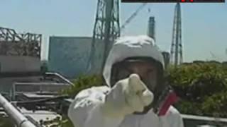 Gambar cover Fukushima san pointing at... Happy japanese familly lost in the wood