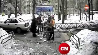 Падение ледяной глыбы на коляску с ребёнком в Москве попало на видео