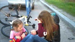 Велосипедистка на буксире. ДТП(24.04.2015г. около 18:00 г.Запорожье, остров Хортица. Супруг решил прокатить с ветерком свою жену на велосипеде..., 2015-04-24T17:45:59.000Z)