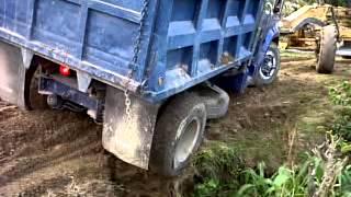 volqueta enterrada a punto de volcarse  (Villegas)