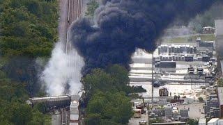 Поезд с опасными химикатами разбился в США