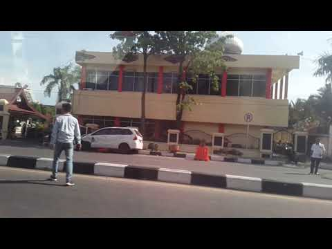 Teroris menerobos masuk mapolda riau depan kantor gubenur pekanbaru