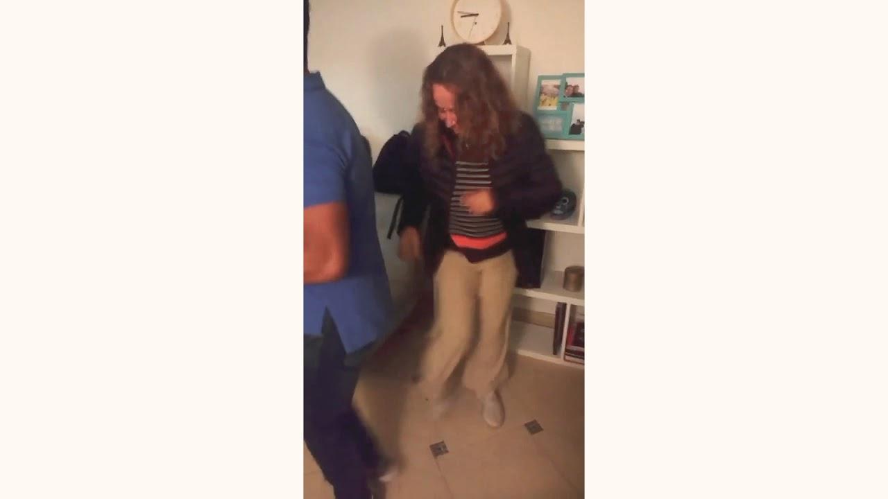 Alejandra Borrero bailando salsa.