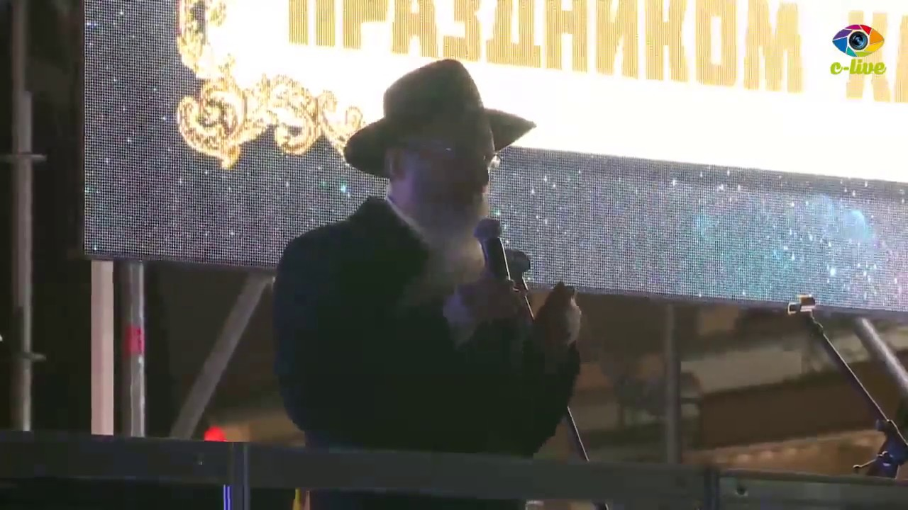 שידור חוזר: הדלקת נר ראשון של חנוכה בכיכר האדומה במוסקבה, בהשתתפות הרב הראשי והופעה של יהודה גלאנץ