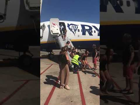 Desalojo en un avión de Ryanair en El Prat tras incendiarse un dispositivo móvil