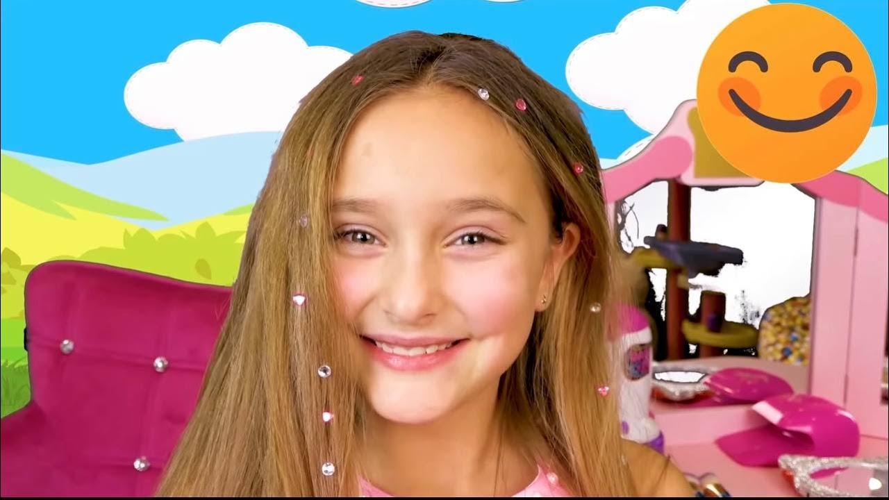 Sasha juega con juegos de maquillaje, juguetes para niños y peinado con Dima