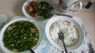 Холодный азиатский суп Кукси Мури с рисовой лапшой и салатом из шпината и рукколы / VEGAN