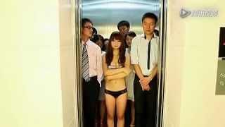 美女在升降梯上脫衣服