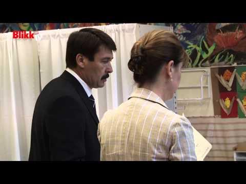 Áder János elmosolyodott a szavazófülke előtt
