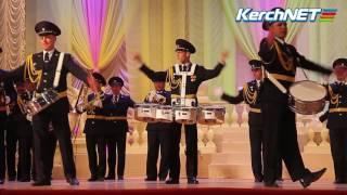 Керчь: на курсантском балу зажигают барабанщики(В этом году на курсантский бал был приглашен в качестве гостя военный духовой оркестр, который выступил..., 2017-02-24T18:25:53.000Z)
