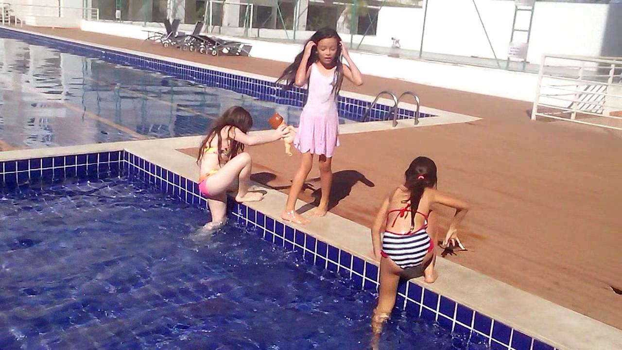 Brincando na piscina .