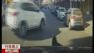 孩子乱跑被车撞吓坏司机,庆幸小孩没事儿,起身跑开了