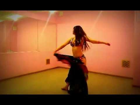 Девушка танцует в коридоре видео фото 195-998