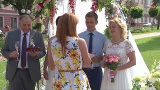 В центрі міста провели святкові весільні церемонії