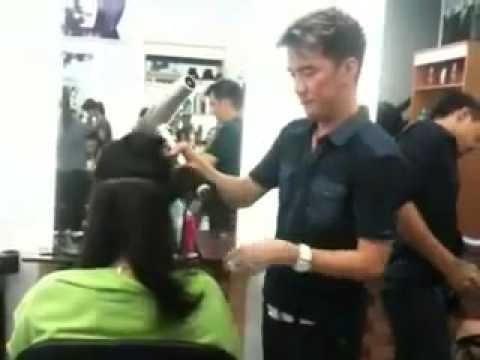 Ca sĩ Đàm Vĩnh Hưng trổ tài cắt tóc cho hoa hậu Ngô Phương Lan