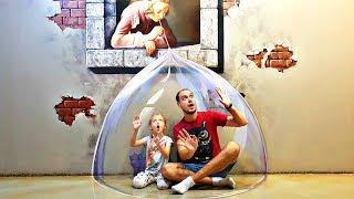 Nastya y papá having fun en el de 3D Art Museo en Bangkok