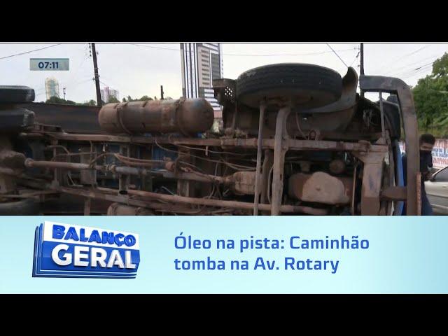 Óleo na pista: Caminhão-caçamba tomba na Av. Rotary