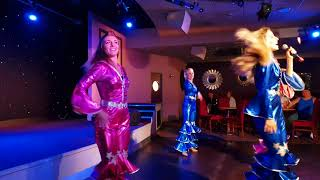 Vauxhall holiday park Yarmouth Sep 2017 girls sing abba