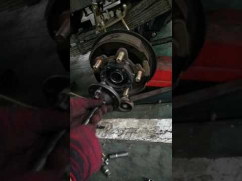 Auto Repair: Rear axle on tricycle, how to remove the drum and axle with tools