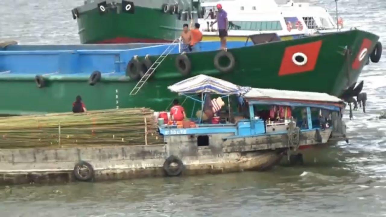 tàu ghe gặp khó khăn khi vượt cống/boat