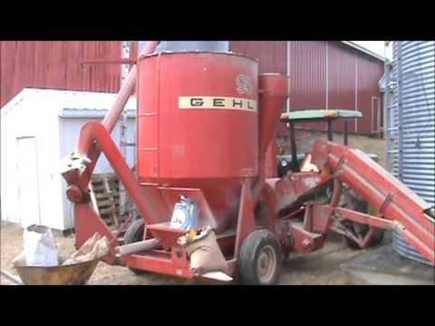 John Deere 2355 Grinding Feed With A Gehl 95 Grinder Mixer
