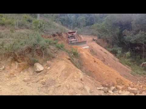 Trator de esteiras mf abrindo estrada