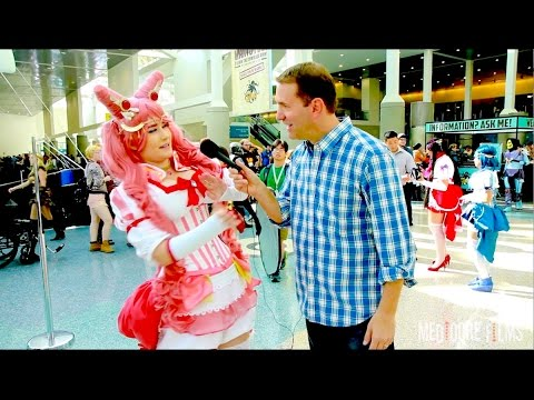 Hitting COSPLAYERS in the FACE! - ComiKaze 2014