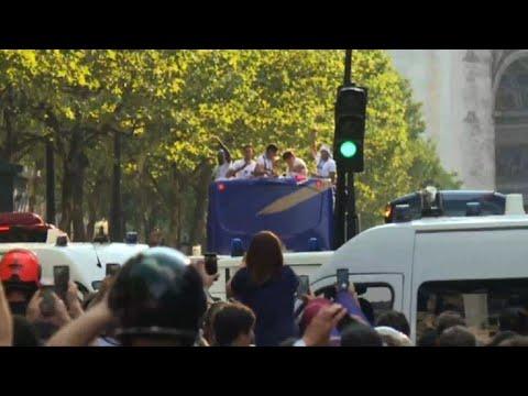 Les Bleus montent dans un bus à impériale