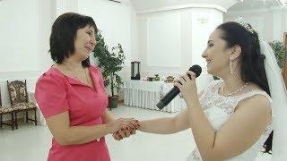 Невеста поет песню для мамы.  Все плачут