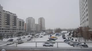 Астана. Человек с камерой на пешеходном мосту от Резиденции в сторону Байтерека(, 2017-01-17T15:30:41.000Z)