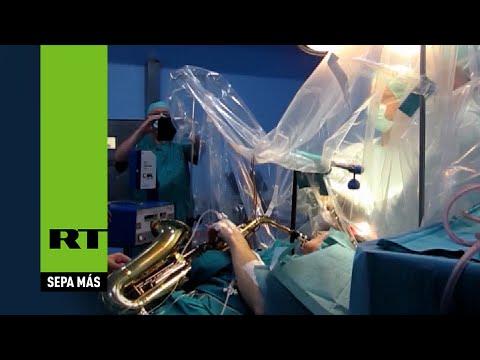 Video incredibili: suona il sax mentre viene operato al cervello per un tumore