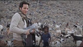 Vianney s'occupe des chevreaux - Rendez-vous en terre inconnue