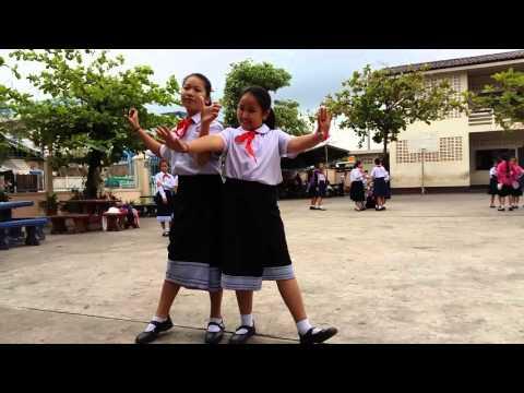 Học sinh Lào tập trình diễn thời trang dạo phố.