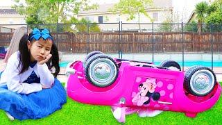 艾玛和珍妮假装玩驾驶米妮老鼠汽车玩具Emma&Jannie Pretend Play with Minnie Mouse Car