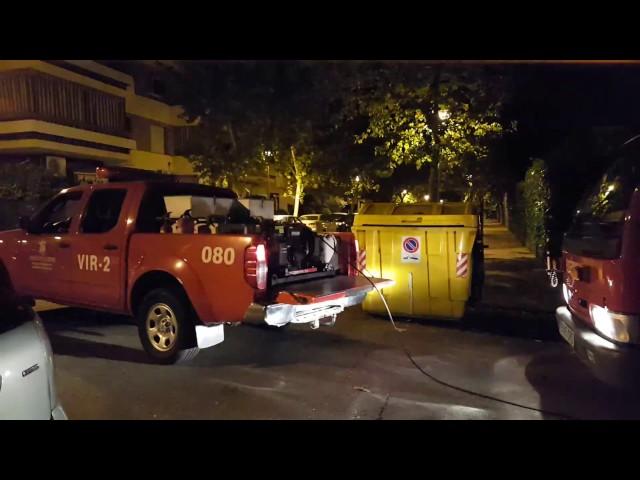 Un coche arde en la calle El Nogal
