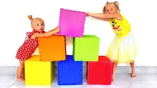 Ева и Алиса открывают коробки с игрушками