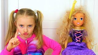 Полина воспитывает куклу и играет новыми игрушками
