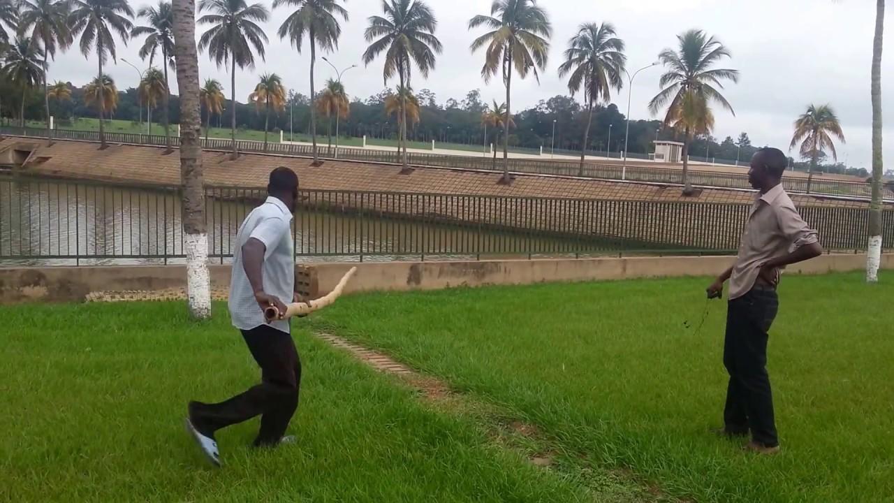 Yamoussoukro c te d 39 ivoire un crocodile dans le jardin youtube - Cote d un artiste peintre ...