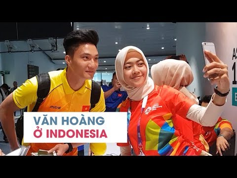 Thủ môn Văn Hoàng đẹp trai hút hồn ở sân bay Indonesia, tình nguyện viên ASIAD đứng hình