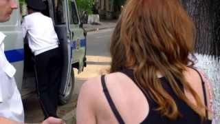 Curaj.TV - Poliția reține violent, cu cătușe o tînără în centrul capitalei
